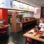 博多一幸舎 慶史 - 店内は広くて、オシャレ。つけ麺ファミレスって言ってもいいくらいです。