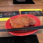 博多一幸舎 慶史 - 博多一幸舎系列のお店で人気のBIG唐揚げ。大きいピースが100円。しかも熱々ジューシーで美味しい!