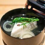 日本料理 楽心 - 水無月真薯のお椀  小豆の入った真薯、 愛知県のまつ菜、 渦巻き大根