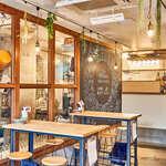 ウィム サケ アンド タパス - 醸造所とはガラス1枚で隔たれた空間。臨場感をお楽しみいただけます。