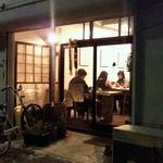 カフェ ネスト - 夜の外観
