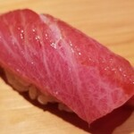 Sakai - (17)大トロ(青森県大間産、延縄、やま幸、207kg)             流石に魚体が大きくなり、脂のりの良い大トロでした。             本鮪らしい酸味が、脂の旨みと薫りを引き立てます。