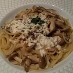 ナチュラルダイニング アルコバレーノ - 料理写真:4種キノコのペペロンチーノ モッツァレラ添え♪