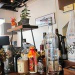 らーめん西崎 - 酒瓶の後ろに山口拉麺維新の幟が