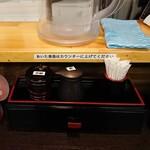 麺処 担熊 - 卓上の調味料