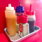 赤ひげラーメン - 卓上調味料はタレ、酢、胡椒、一味