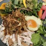 Oganikkuchainizukicchin bio - 台湾屋台の鶏肉飯 目玉焼き添え