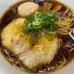 141660985 - 右ストレート(基本味細麺)750円 + 煮玉子 100円。