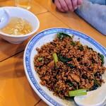 中国ラーメン 揚州商人 - 黒酢炒飯とスープ