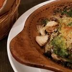 大麦小麦 - 料理写真:ホタテと茸のガーリックオイル焼き 美味!お酒に最高に合う!バゲットをもらってニンニクソースをしっかり食べきった♪