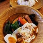 カレー&ごはんカフェ オウチ - チキンスープカレー 1080円(+炙りカチョカヴァロ 200円)