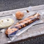 パン・ド・エッセ - 塩バターあんぱん(130円+税)、チョコツイスト(160円+税)、もちもちきな粉(60円+税)