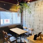 ワインショップ&ダイナー FUJIMARU - 2階のテーブル席
