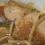 自家製麺 麺や ひなた - 煮豚チャーシューに黄身トロな味玉に脂の具合