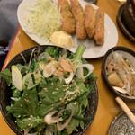 やきとん ひなた - 春菊のナムル これは美味い!安いっ! 奥はチーズハムカツ
