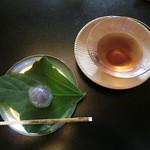 Sekiyou - ウェルカムドリンク(明日葉茶)とくずを使ったお菓子