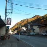 みどりや - 甲州市から大月方面を眺める。JR笹子駅近く、国道20号沿いに「笹子餅」の看板