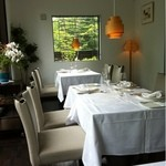 14172575 - 明るい店内。このようなテーブルが3卓と、個室が1つのこじんまりした規模。
