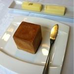 14172581 - 自家製パンは、2種類のバターを添えて