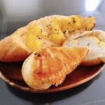 鎌倉ベーカリー - 料理写真:① 鳴門金時のメープルフランス/②チーズタッカルビのパニーニ/③チーズフランス