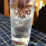 カミノリアル - 店名が入ったグラス。炭酸水なのだ♪