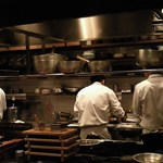食幹 ソラマチ - カウンター席の目の前がキッチン