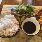 マケイヌノトオボエ - ご飯と、本日のメイン鰹のたたき
