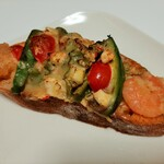 141780630 - アボカドと相性の良い海老をのせ甘辛エスニックソースと香味野菜をトッピング、アボカティエ367円