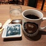 イシヤカフェ - ドリンク写真:大きなマグで提供されるたっぷりのブレンドコーヒー、白い恋人が1枚付いてくるのも嬉しい!