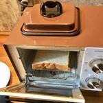 ムロマチカフェハチ - パンはセルフで焼きます