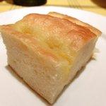 ビステッカ - 【'12/07/26撮影フッジローニ やわらかチキンとたっぷりチーズ 1000円 の自家製フォカッチャ