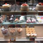 ストロベリーフィールズ - 店内のケーキのディスプレイです。