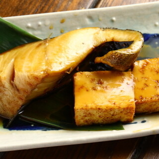 ほくほくの煮物も美しい刺身も。ベテラン板前のひと皿をどうぞ。