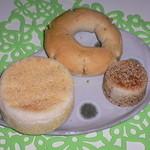 ベッカライ麦々堂 - パンです(イングリッシュマフィン、つぶアンパン、クリームチーズ・ペッパー)