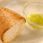 カフェ ラ・ボエム - お通し的な、フランスパンにオリーブオイル