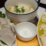 ヴィーノ エ イル ラコルタ - 豆腐、湯葉、カマボコのオリーブオイル仕立て