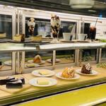 シャンデリア テーブル - ティラミスはソールドアウト この中からケーキを選べます