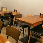 餃子とサワー ニホンバシ - DIYで作ったテーブル席です。