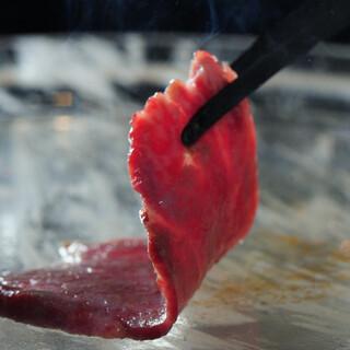 黒毛和牛の焼肉は水晶板か炭火で。焼き加減も味付けもお好みに