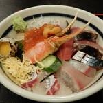 Kaisenyakaishimmaru - ネタは、「真鯛」「イサキ」「鯖」「スマ(ヤイトカツオ)」「鰆」「鮪」「雲丹」「イクラ」「シラス」「蟹爪」と盛り沢山