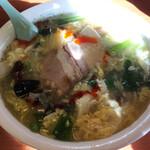 精陽軒 - 赤くない酸辣湯麺、白菜、しいたけ、青菜、かき卵がたっぷり。自家製ぽいチャーシューが懐かしい味。酸味控えめ。¥800(内)