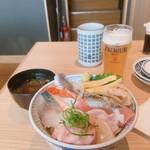 鮨・酒・肴 杉玉 - 海鮮10種丼/生ビール(ちび)