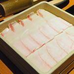 しゃぶしゃぶ温野菜 - イベリコ豚ロース。奥は梅つみれ。