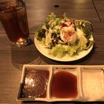 焼肉・ステーキ い志だ屋 - ウーロン茶 サラダ タレ