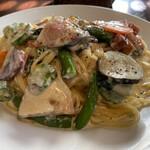 141887510 - ベーコンと鎌倉野菜のクリームソース(横から)