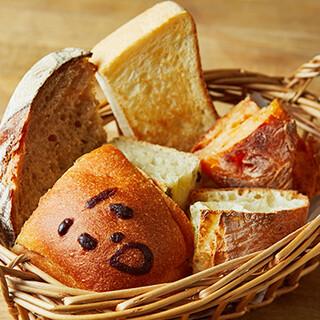 約10種類!国産小麦100%の焼きたてパンが楽しめる