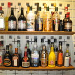 バレットカフェ - BackBarには海外から取り寄せたブロックつまれ、お酒がところ狭しと!?