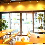 バレットカフェ - 開放感のある大きなガラス窓の入り口からお気軽にどーぞ