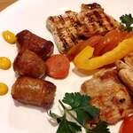 ルーマニア料理 ラミハイ - 自家製のソーセージ、鶏肉のグリル 豚肉のグリル、 野菜のピクルスが乗っているよ