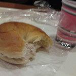 ぱんのお多福 - ベーグルサンド(食べかけで申し訳ない)と無料珈琲